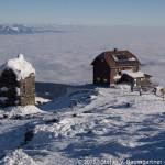 Kurz unterhalb des Gipfels mit Blick auf das Materl und das Zirbitzkogel-Schutzhaus. Links im Hintergrund ragt der Seckauer Zinken aus dem Nebelmeer hervor