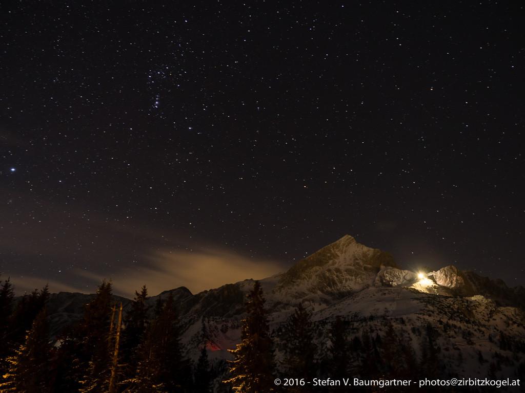 Blick zur Alpspitze (2628 m) und zur beleuchteten Seilbahnstation am Osterfelderkopf (2057 m)