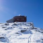 Zirbitzkogel-Schutzhaus (2376 m) beim Aufstieg über den Nordost-Hang