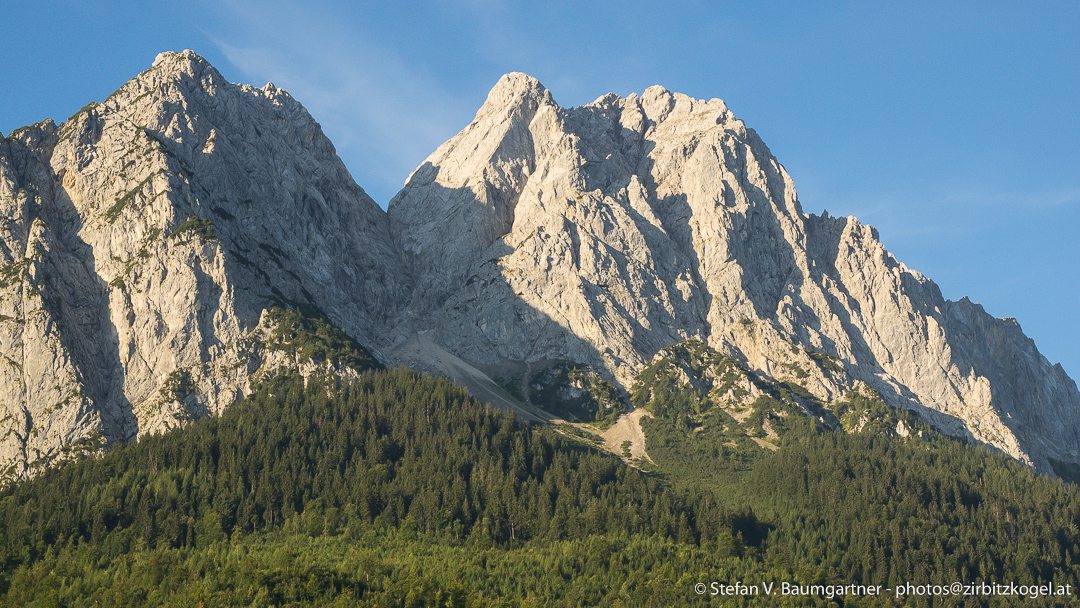 Der Große Waxenstein (2277 m) ist der niedriger wirkende Gipfel rechts im Bild