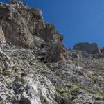 Nach der Durchsteigung der Waxensteinrinne quert man nach rechts. Wegen den lockeren Steinen und dem Geröll ist nach wie vor hohe Konzentration gefragt.