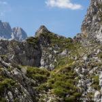 Über den Schafsteig erfolgt der Abstieg, bei dem man nochmals gut 100 Aufstiegshöhenmeter zu bewältigen hat. Im Hintergrund links schaut die Zugspitze herunter.