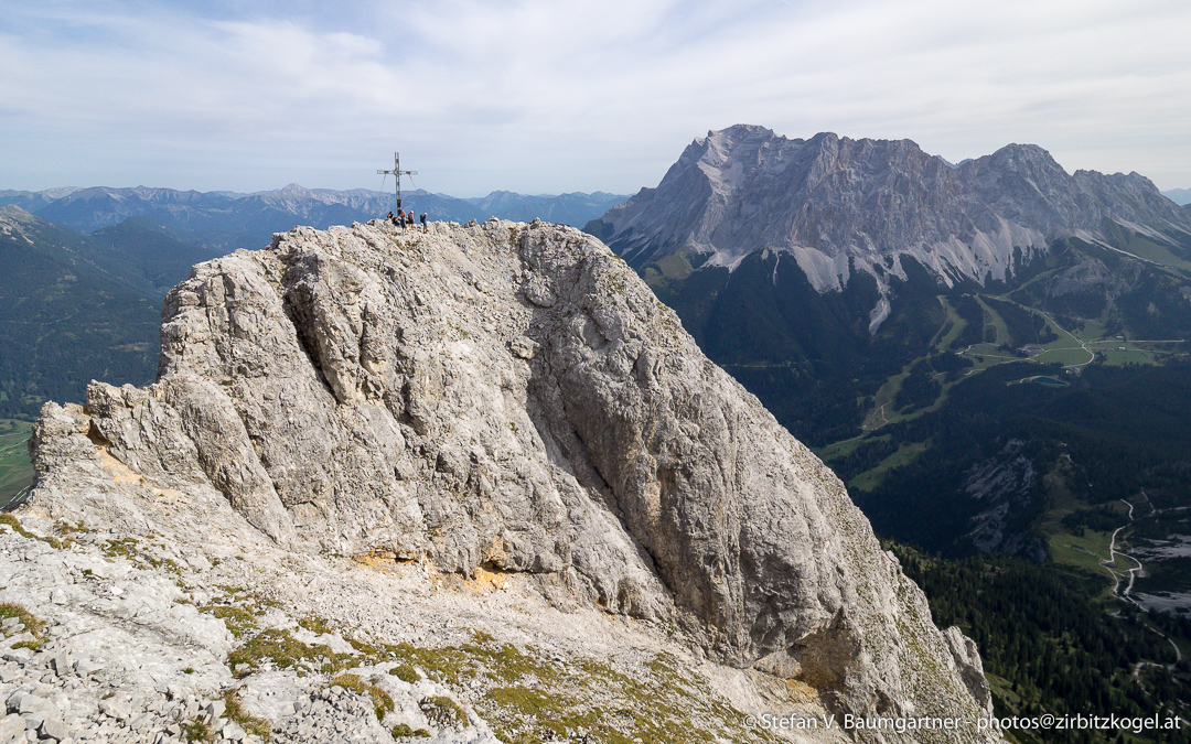 Der 2417 m hohe Gipfel der Ehrwalder Sonnenspitze, fotografiert vom Vorgipfel. Der Berg rechts im Hintergrund ist die Zugspitze.
