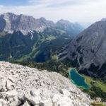 Aussicht von der Ehrwalder Sonnenspitze (2417 m) nach Norden zur Zugspitze und nach Osten zum Vorderen Tajakopf. Im Tal befindet sich der Seebensee (1657 m).