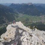 Beginn des Abstiegs über die Nordostflanke - der Schatten des Gipfelkreuzes ist noch erkennbar