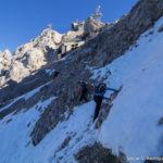 Querung über Schneefelder mit vereisten Tritten und lockeren Steinen