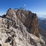 Der total überlaufene Gipfel der Zugspitze (2962 m), dem höchsten Berg Deutschlands